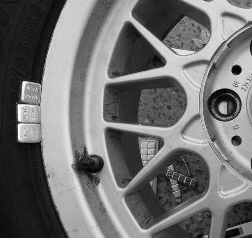 Монтаж грузов при балансировке колес